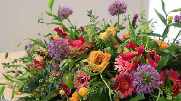 Bij overlijden van een dierbare kunt u een laatste eer betuigen met een mooi bloemenarrangement in de sfeer en beleving van de overledene.