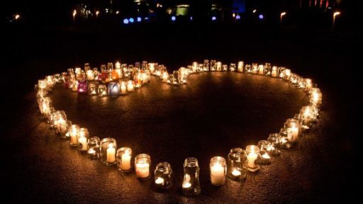 World Wide Candle Lighting is ontstaan in 1997 in Amerika, door The Compassionate Friends. Inmiddels worden er wereldwijd, op de 2e zondag van december om 19.00 uur lokale tijd, kaarsen gebrand voor overleden kinderen.