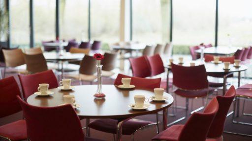 De koffiekamer De koffiekamer is ruim ingericht en heeft uitzicht over de landerijen. In de koffiekamer van uitvaartcentrum de lariks kunt u gebruik maken van de catering.