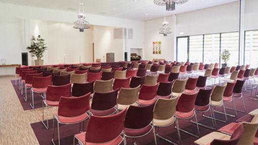 Via de ruime rolstoelvriendelijke entree is de aula bereikbaar. Door een verplaatsbaar wandsysteem kan de zaal worden aangepast voor grote groepen. De aula is voorzien van een modern beeld- en geluidssysteem. Voor kerkdiensten is er een orgel aanwezig. De zaal is tevens voorzien van ringleiding.