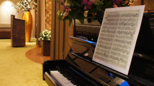 Voor kerkelijke plechtigheden zijn bijna alle liturgische attributen aanwezig; van de bijbel tot wijwater, altaar, kaarsen en kleding voor de pastoor. Ook piano en orgel staan altijd tot uw beschikking, naar wens compleet met organist of pianist.