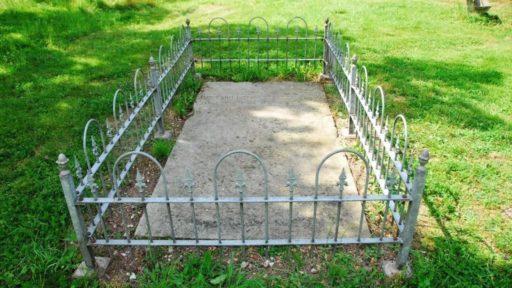 Het aanvragen van een graf op deze begraafplaats wordt door de uitvaartondernemer bij de 'Stichting begraafplaats Sibculo-Kloosterhaar' geregeld.