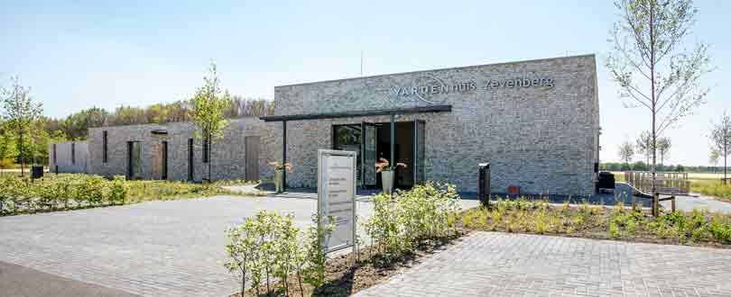 Net buiten Hoogeveen ligt Crematorium en Uitvaartcentrum Zevenberg. Het crematorium en uitvaartcentrum zijn afgestemd op het Drentse landschap. Alle ruimtes hebben een vriendelijke, warme sfeer. Met de komst van deze locatie, is gehoor gegeven aan de wens van bewoners van Hoogeveen om een eigen crematorium in de buurt te hebben.